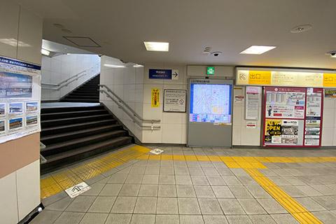 ② 改札を出て左側の出口(北口)の階段を上がります。